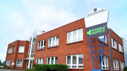 Die Firma HybridSupply Ltd. wurde im Oktober 2006 in Beckum (Westfalen) von drei Gesellschaftern gegründet. Der Geschäftsführer Oskar Kowalski war erst 21 Jahre jung und befand sich im ersten Jahr seiner Ausbildung zum Groß- und Außenhandelskaufmann.