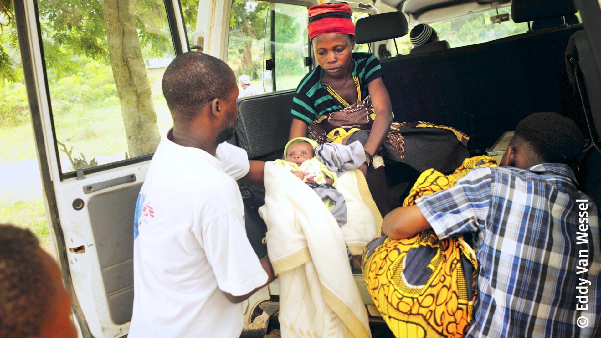 Dieses Kind benötigt dringend eine Behandlung in einem Krankenhaus in Baraka, das von Ärzte ohne Grenzen unterstützt wird. Er leidet an einer schweren Malariaerkrankung.